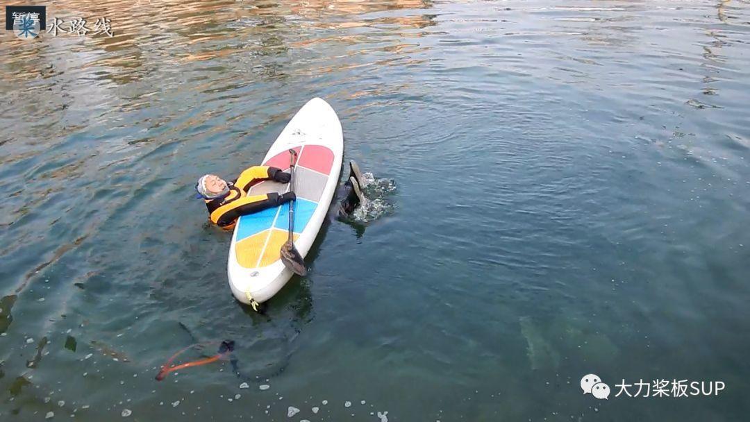 水路线 -大力桨板视频教学·初学·如何从水中爬上桨板+8字桨靠岸